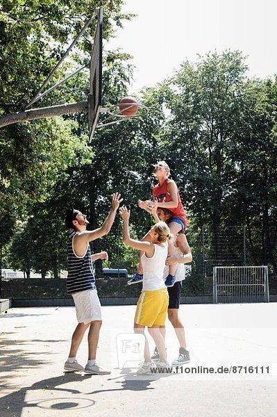 Gruppe von Freunden beim Basketballspielen