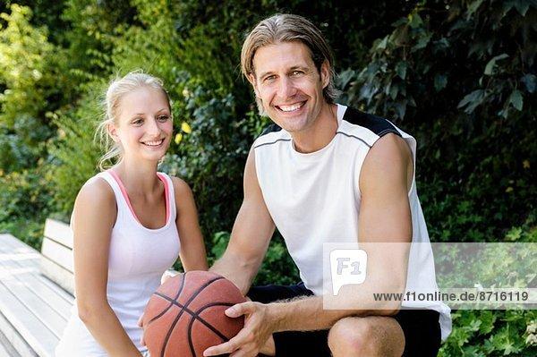 Porträt von Basketballspielern bei einer Pause im Park
