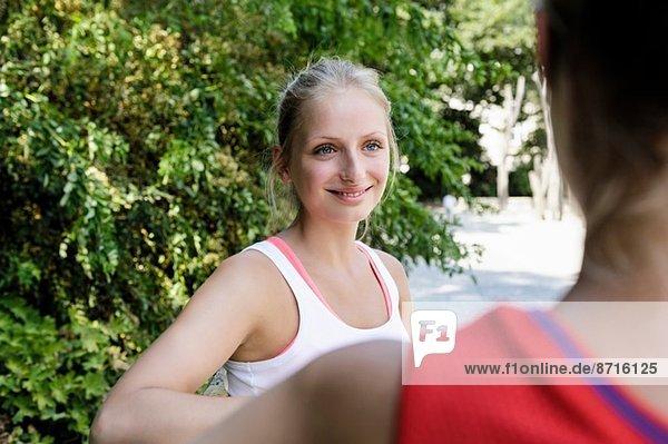 Zwei junge Läuferinnen bei einer Pause im Park