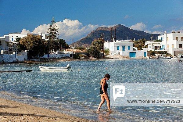 Wasser  Europa  Frau  Dorf  Kykladen  bekommen  Griechenland  Griechische Inseln  Milos