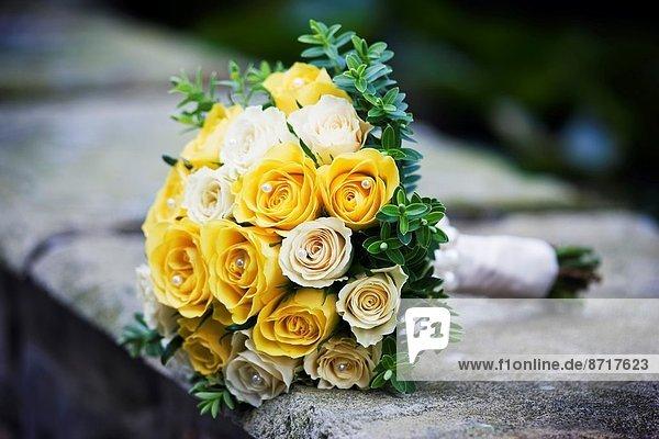 Farbaufnahme  Farbe  liegend  liegen  liegt  liegendes  liegender  liegende  daliegen  Wand  Hochzeit  gelb  hoch  oben  Dekoration  Rose  Blumenstrauß  Strauß  Sahne  Perle