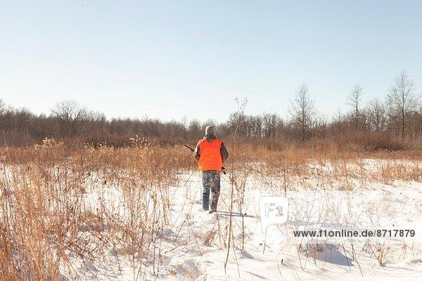 Jugendliche jagen in Petersburg State Game Area  Michigan  USA
