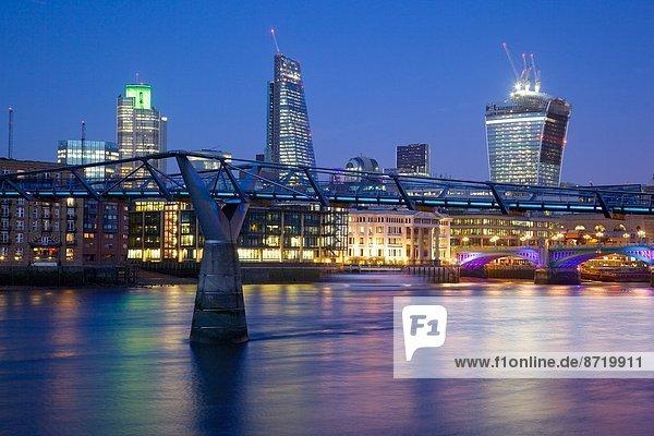 Fluss Themse  Millennium Bridge und City of London Skyline in der Dämmerung  London  England  Großbritannien  Europa