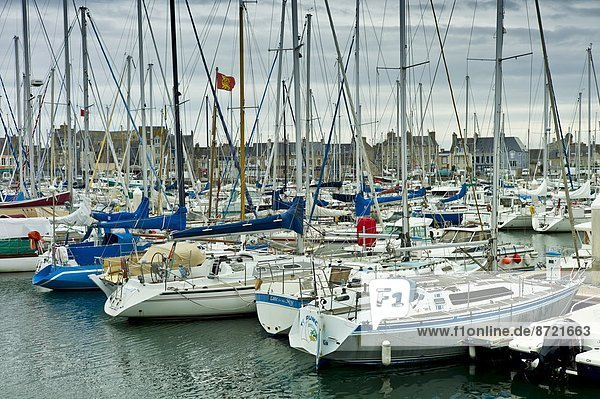 Hafen Motorjacht Frankreich Boot vertäut Jachthafen Normandie Stärke