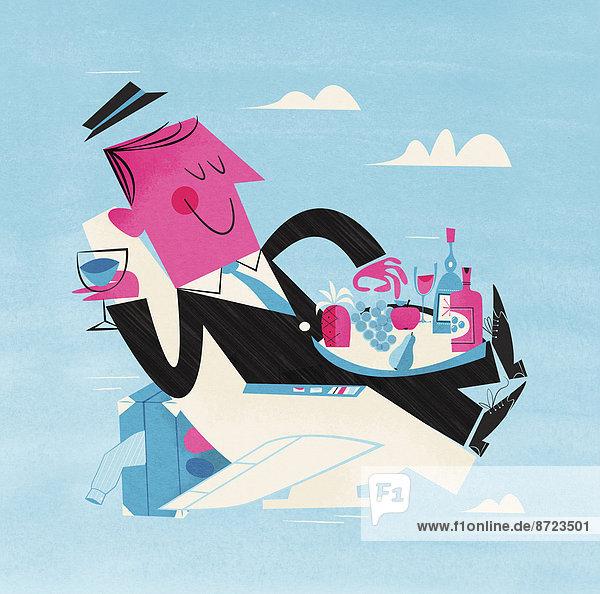 Glücklicher Geschäftsmann genießt Essen und Trinken in einem Flugzeugsitz Glücklicher Geschäftsmann genießt Essen und Trinken in einem Flugzeugsitz