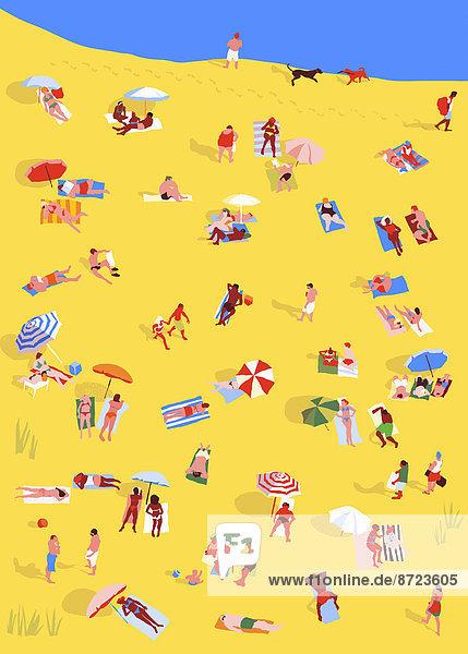 Menschen liegen an einem Strand entspannt in der Sonne