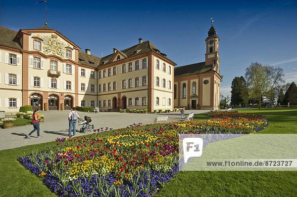 Schloss Mainau  davor ein buntes Blumenbeet  Mainau  Baden-Württemberg  Deutschland