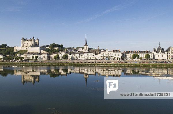 Loire und Altstadt von Saumur mit Schloss und Kirche Saint-Pierre  rechts Rathaus  Saumur  Département Maine-et-Loire  Frankreich