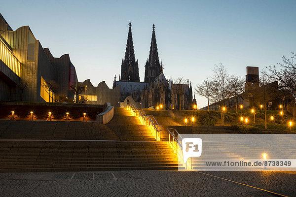 Treppen vom Rheingarten zum Heinrich-Böll-Platz  zum Museum Ludwig und Dom  Köln  Nordrhein-Westfalen  Deutschland