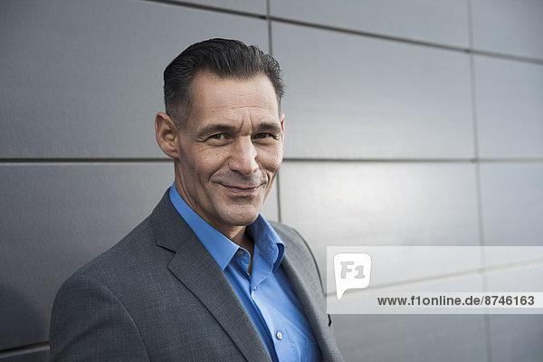 stehend  Portrait  Geschäftsmann  Gebäude  frontal  Deutschland