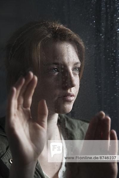 Jugendlicher  Fenster  hinaussehen  Mädchen