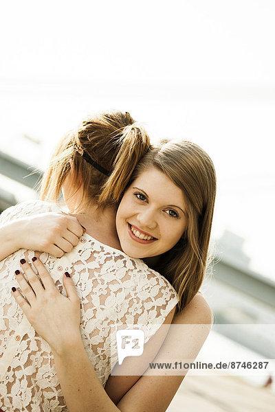 Außenaufnahme  Frau  umarmen  jung  freie Natur