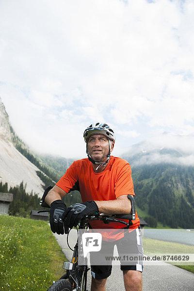 Berg  Mann  radfahren  reifer Erwachsene  reife Erwachsene  Österreich  Tannheimer Tal  Tirol