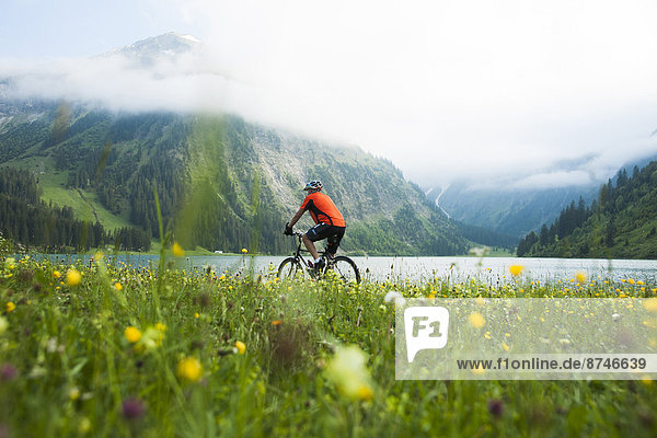 Berg  Mann  fahren  reifer Erwachsene  reife Erwachsene  Österreich  Tannheimer Tal  Tirol