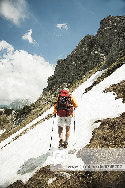 Berg  Mann  reifer Erwachsene  reife Erwachsene  wandern  Rückansicht  Österreich  Tannheimer Tal