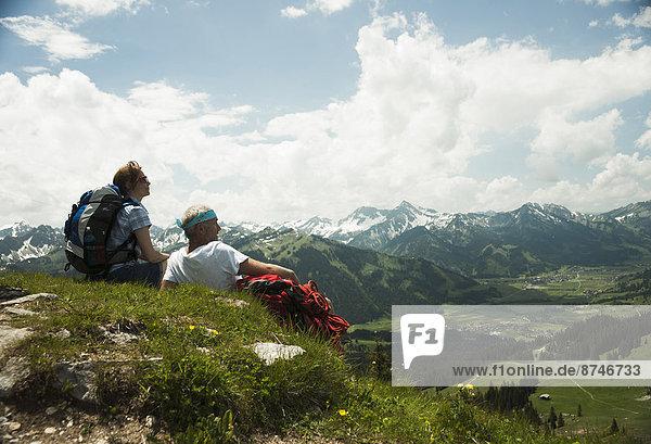 sitzend  reifer Erwachsene  reife Erwachsene  Gras  Rückansicht  Österreich  Tannheimer Tal