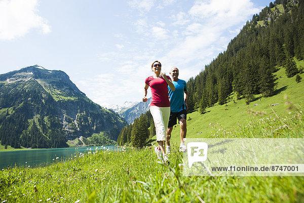 Frau  Mann  gehen  reifer Erwachsene  reife Erwachsene  Österreich  Stärke  Tannheimer Tal