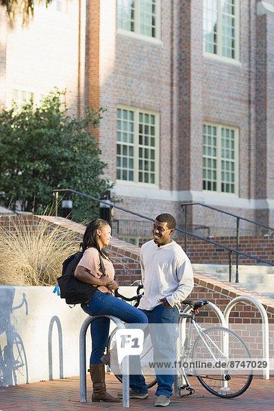 Vereinigte Staaten von Amerika  USA  Außenaufnahme  Frau  Mann  jung  Campus  Hochschule  Florida  freie Natur