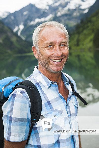 Portrait  Mann  See  reifer Erwachsene  reife Erwachsene  wandern  Österreich  Tannheimer Tal