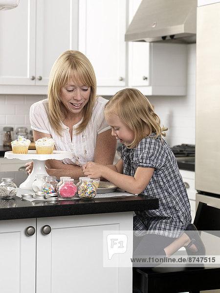 Konzept  offen  Küche  schmücken  Tochter  cupcake  Mutter - Mensch  Kanada  Ontario  Toronto