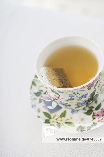 Studioaufnahme  Tasse  Blume  weiß  Hintergrund  Untertasse  hübsch  Tee