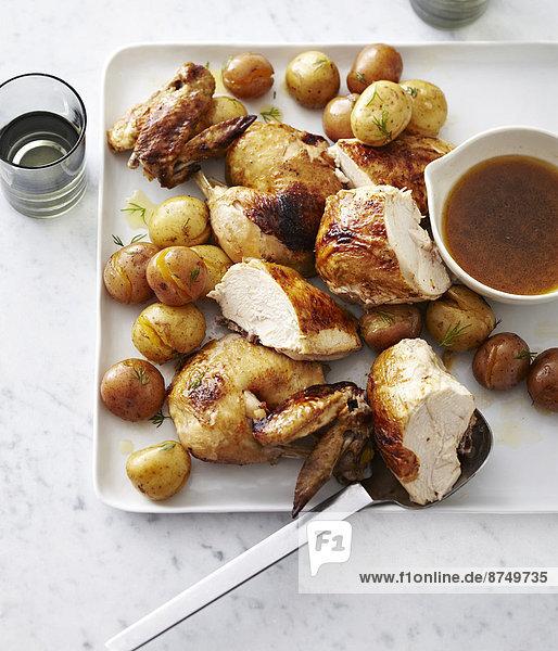 Studioaufnahme  schneiden  Huhn  Gallus gallus domesticus  Kartoffel  Serviertablett  Gegenstand  Kunst  Bratensoße  gebraten