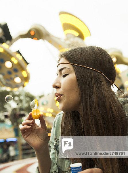 hoch  oben  nahe  Portrait  Jugendlicher  Fröhlichkeit  blasen  bläst  blasend  Blase  Blasen  Mädchen  Deutschland