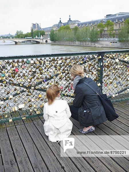 Paris  Hauptstadt  Frankreich  sehen  Liebe  Kunst  Türschloss  Schloss  Schlösser  Tochter  Mutter - Mensch Paris, Hauptstadt ,Frankreich ,sehen ,Liebe ,Kunst ,Türschloss, Schloss, Schlösser ,Tochter ,Mutter - Mensch