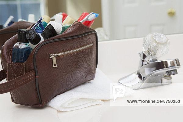 Vereinigte Staaten von Amerika  USA  Mann  Badezimmer  Tasche  Reise  Creme  Salbe  Lotion  Hygieneartikel  Tresen