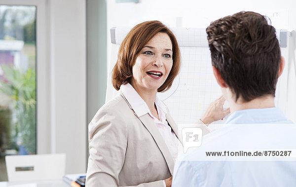 Geschäftsfrau  arbeiten  erklären  Büro  Lehrling  Deutschland