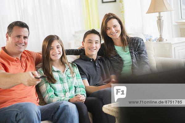 Europäer  sehen  Zimmer  Fernsehen  Wohnzimmer
