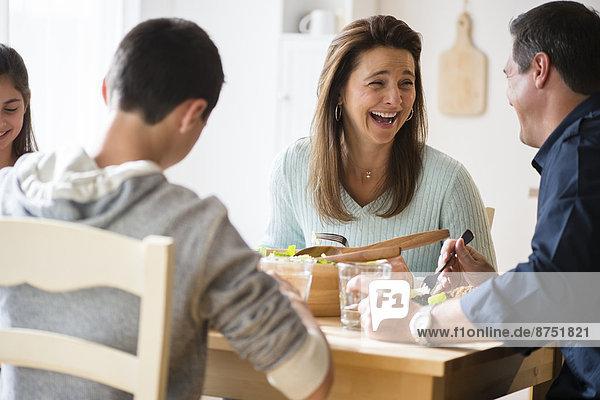Europäer  lachen  essen  essend  isst  Tisch
