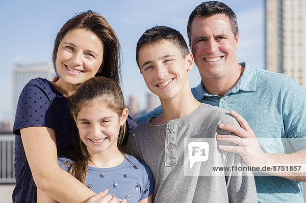 Außenaufnahme  Portrait  Europäer  lächeln  freie Natur
