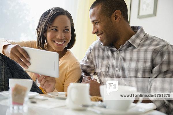 benutzen  Fröhlichkeit  trinken  Tablet PC  Kaffee