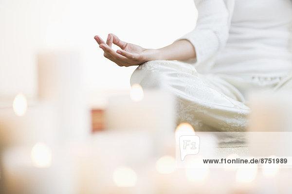 nahe  beleuchtet  Frau  Hispanier  Meditation  Kerze  02 Position
