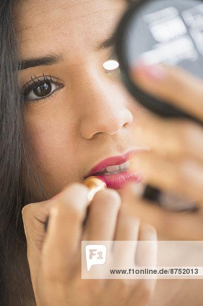 hoch  oben  nahe  eincremen  verteilen  Frau  Lippenstift  Hispanier  kompakt  auftragen  Spiegel