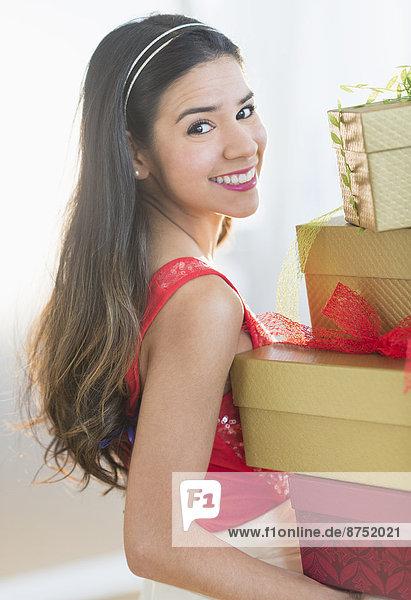 Portrait Frau tragen lächeln Hispanier Weihnachtsgeschenk