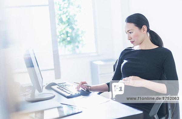 benutzen  Geschäftsfrau  Computer  Schwangerschaft  japanisch