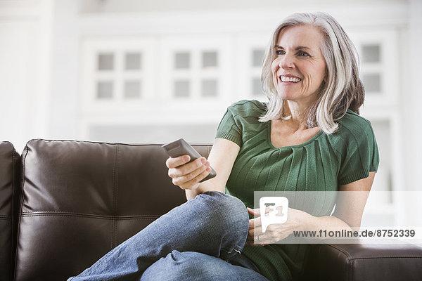 Europäer  Frau  Fröhlichkeit  sehen  Couch  Fernsehen