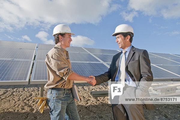 Kaufmann schüttelte engineer's Hand in Solaranlage