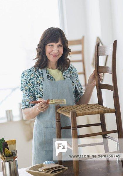 Frau Antiquität reparieren Möbel
