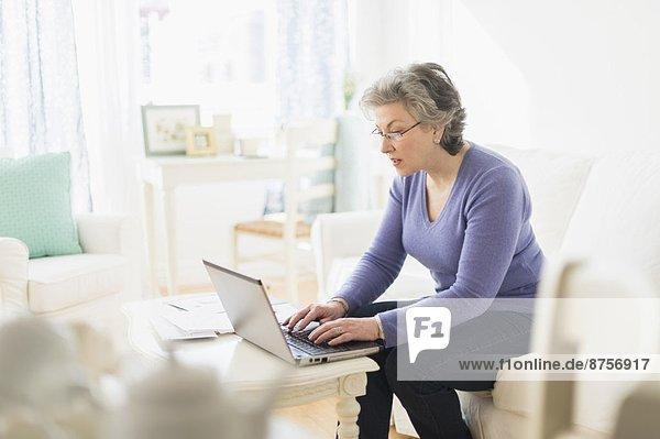 Frau bezahlen zahlen reifer Erwachsene reife Erwachsene Rechnung Internet