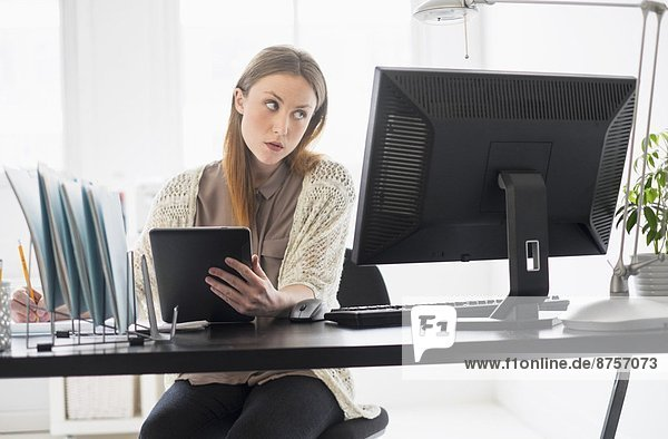 Portrait  Frau  arbeiten  Büro  jung  Tablet PC