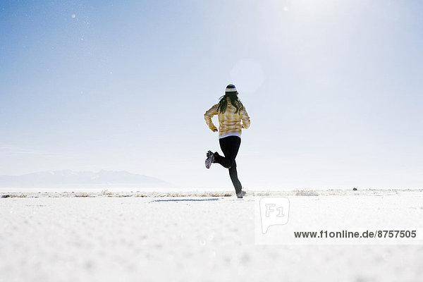 Frau auf Schnee