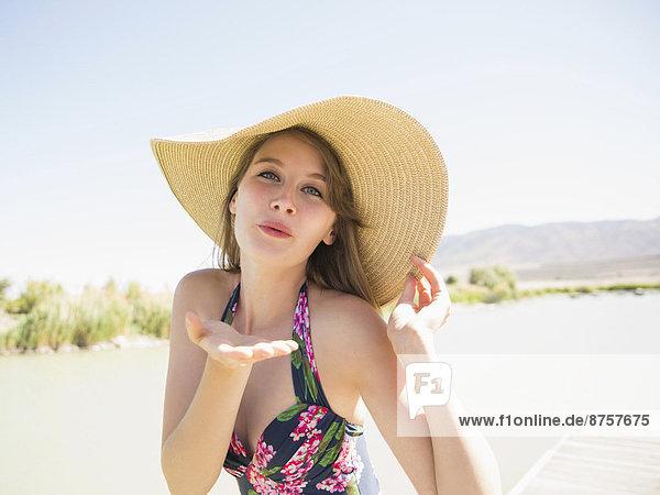 junge Frau junge Frauen Portrait Strand Hut Kleidung Sonne