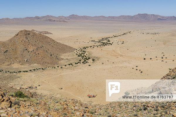 Ein baumbestandenes Flussbett windet sich durch die Namibwüste  Aus  ?Karas  Namibia