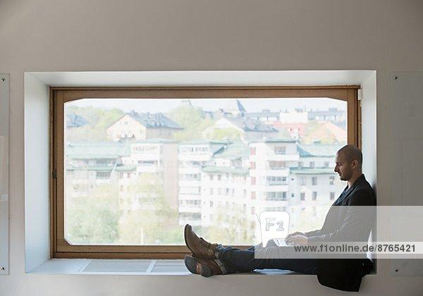 benutzen  Mann  Notebook  Fenster