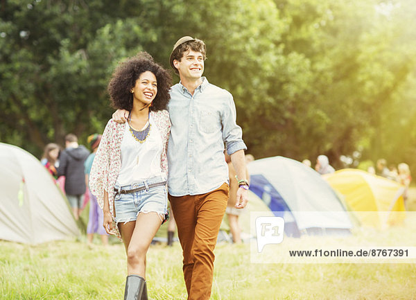 Paar Wanderungen vor den Zelten beim Musikfestival