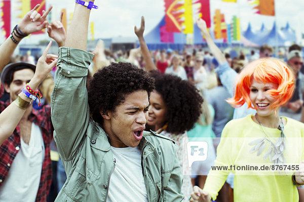 Freunde tanzen und jubeln beim Musikfestival