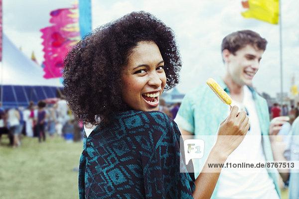Porträt einer Frau  die beim Musikfestival Eis mit Geschmack isst